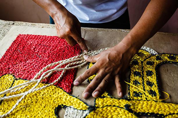 handwerker, die ein seil teppich und wandschmuck - nicaragua stock-fotos und bilder