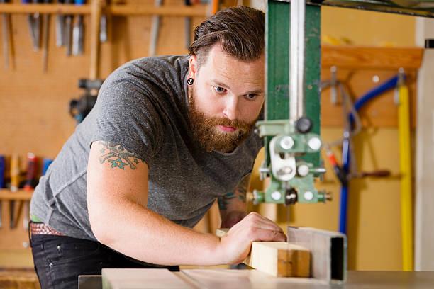 handwerker mit -band gesehen das aufteilen holz plank in workshops - baroque tattoo stock-fotos und bilder