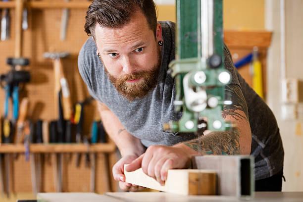 handwerker mit bandsaw für das aufteilen holz plank in workshops - baroque tattoo stock-fotos und bilder