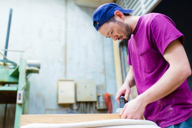 彼のワーク ショップの家具の部分に取り組んでいる職人 - 職人 ストックフォトと画像