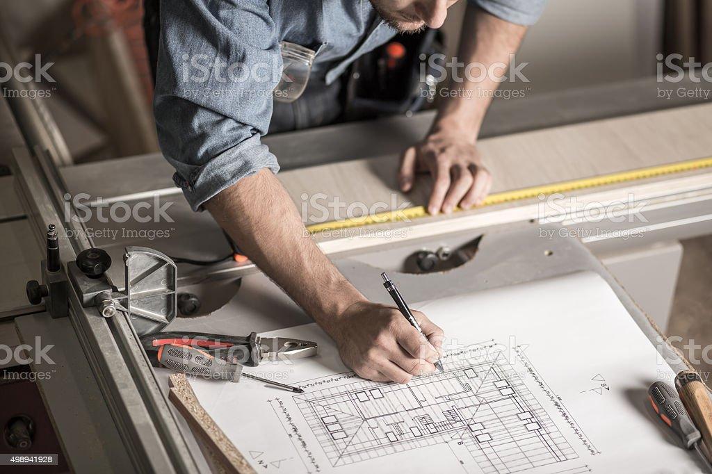 Artisan les mains sur le workbench - Photo