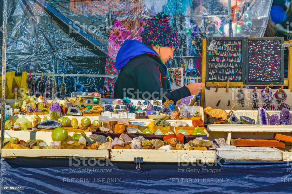 Proveedor de artesana en el mercado de la calle - foto de stock