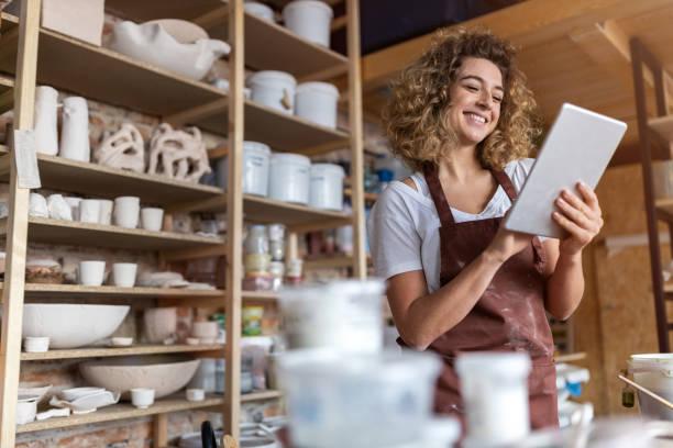 Handwerkerin mit Tablet-Computer im Kunstatelier – Foto