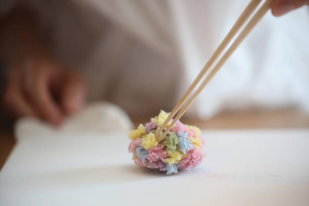 工藝女郎裝飾日本傳統糖果wagashi 救圖像檔