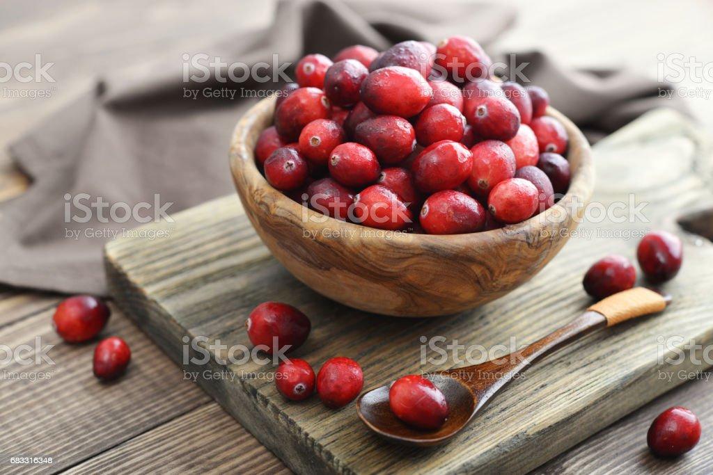 Cranberries in wooden bowl royaltyfri bildbanksbilder