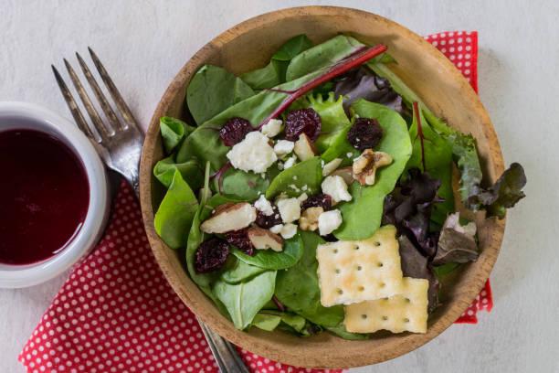 cranberry-salat mit gabel und cracker - mangoldgemüse stock-fotos und bilder