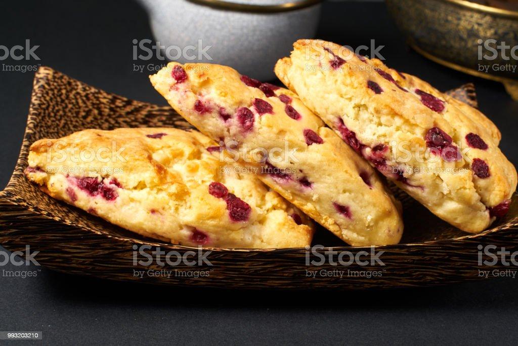 tranbär scone på svart bord - Royaltyfri Aromaterapi Bildbanksbilder