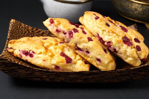 tranbär scone på svart bord - scone bildbanksfoton och bilder