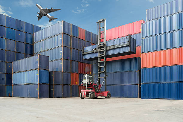 Crane lift up container box loading to cargo container depot - foto de stock