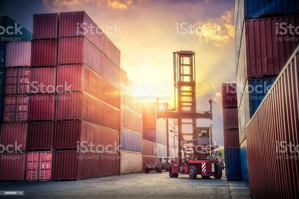 Crane elevador de manipulación de la carga, recipiente - foto de stock