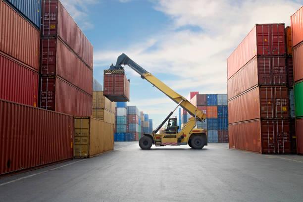 Kran heben Container in einem Hafen. – Foto