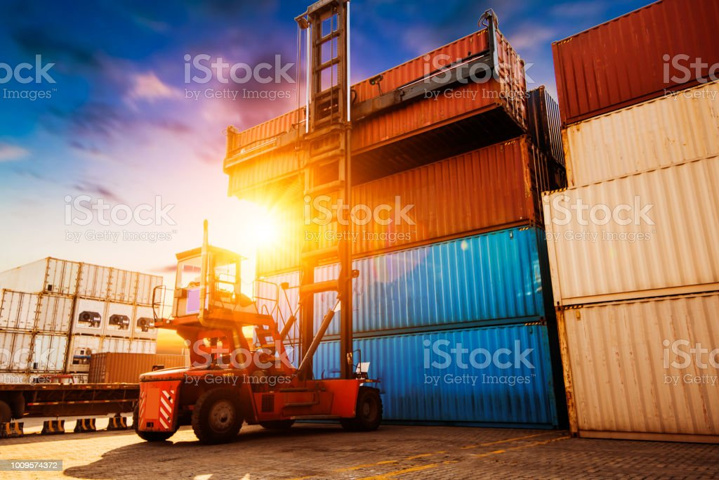Crane lifting bis container in yard – Foto