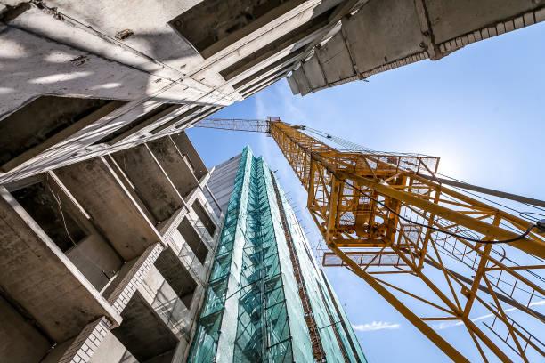 Kran auf dem Bau des Gebäudes. – Foto