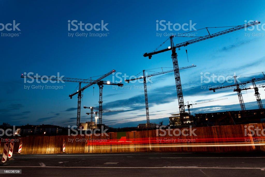 Cranes gegen blauen Himmel in der Dämmerung – Foto