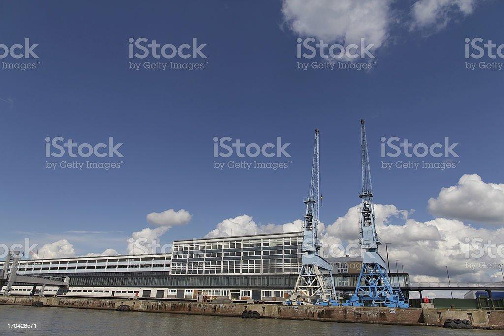 Cranes in der Nähe von the container-terminal in der Bremerhaven – Foto