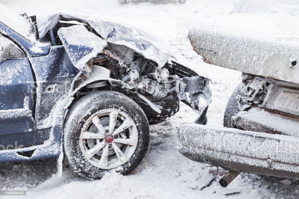 Abgestürzte Autos direkt nach einem Unfall – Foto