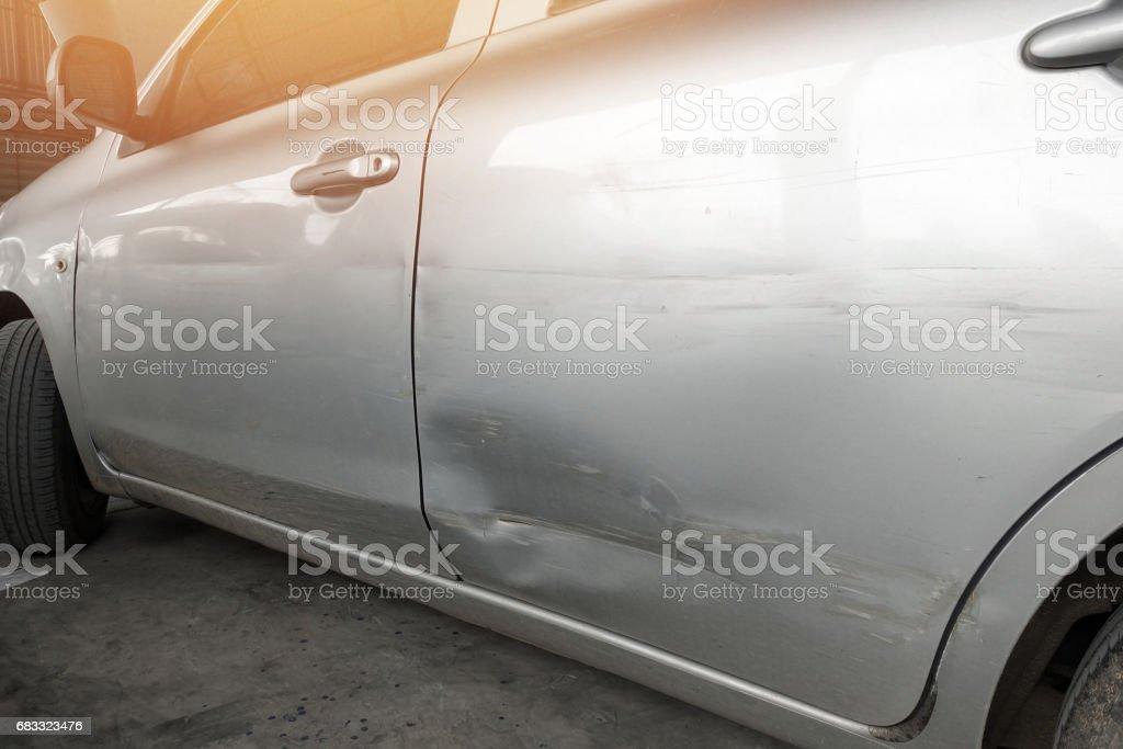 s'est écrasé sur le côté gauche de la voiture photo libre de droits