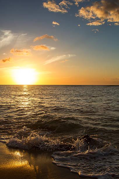 brechenden sonnenuntergang - roll tide stock-fotos und bilder