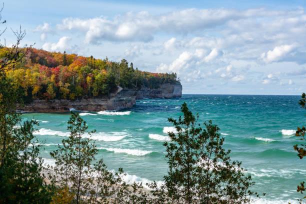 crashen golven en herfst bomen op de oever van lake superior (michigan) - michigan stockfoto's en -beelden