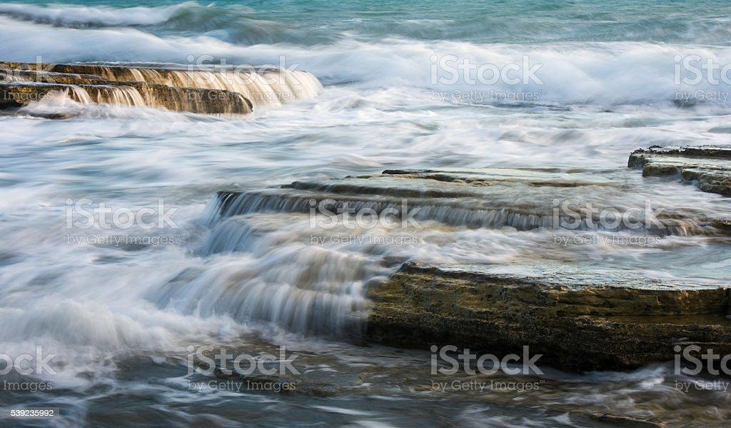 Olas en rocas al mar foto de stock libre de derechos