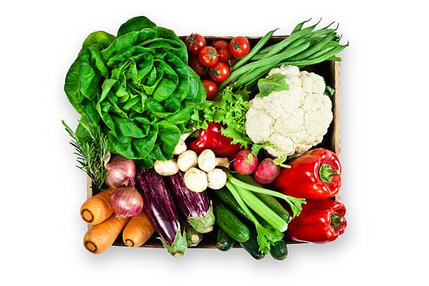 holzkiste mit sortiment an bio-gemüse auf weißem hintergrund - gefüllte zucchini vegetarisch stock-fotos und bilder
