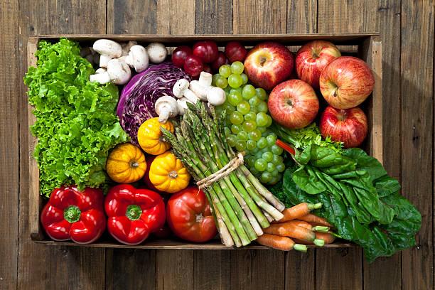 engradado cheio de frutas e legumes rústicos de mesa - cesto - fotografias e filmes do acervo