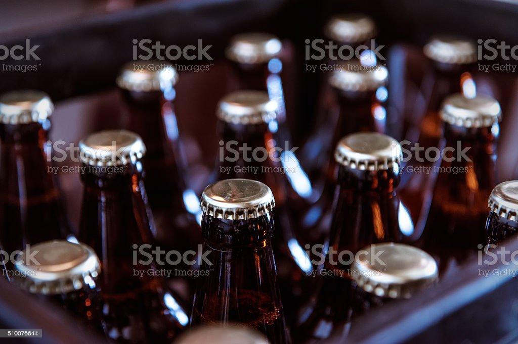 Jaula de recién botellas de cerveza - foto de stock
