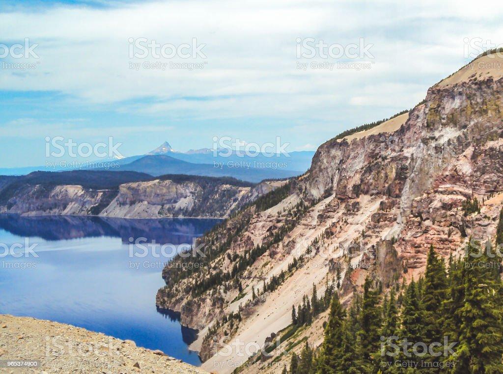 Lac de cratère dans l'Oregon, doté d'une falaise - Photo de Arbre libre de droits