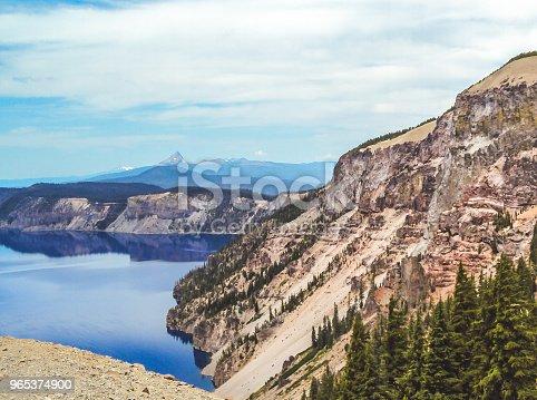 Crater Lake In Oregon Featuring A Cliffside - Stockowe zdjęcia i więcej obrazów Bez ludzi