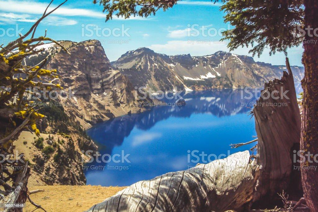Crater Lake in Oregon framed by trees zbiór zdjęć royalty-free