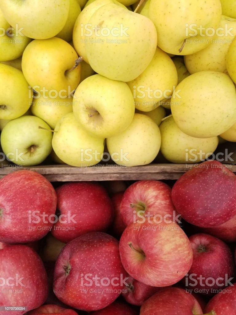 Prix Caisse A Pomme photo libre de droit de caisses de deux sortes de pommes
