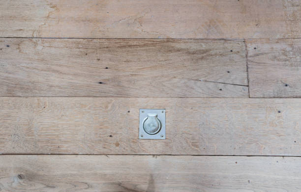 kruipruimte luik houten vloer textuur huisbouw - kruipruimte stockfoto's en -beelden