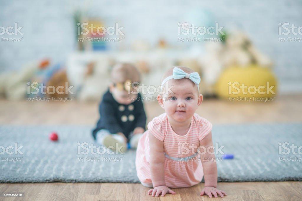 Krypande bebis - Royaltyfri 12-23 månader Bildbanksbilder