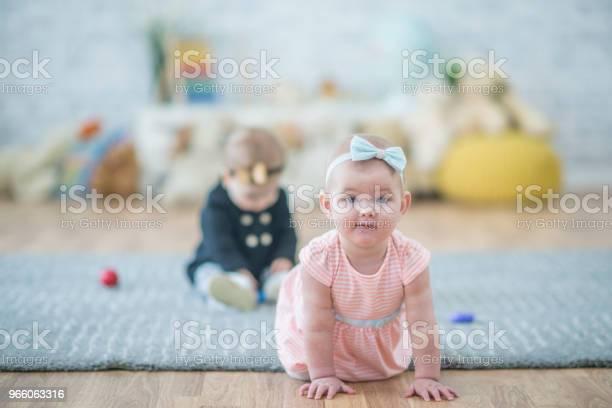 Krypande Bebis-foton och fler bilder på 12-23 månader