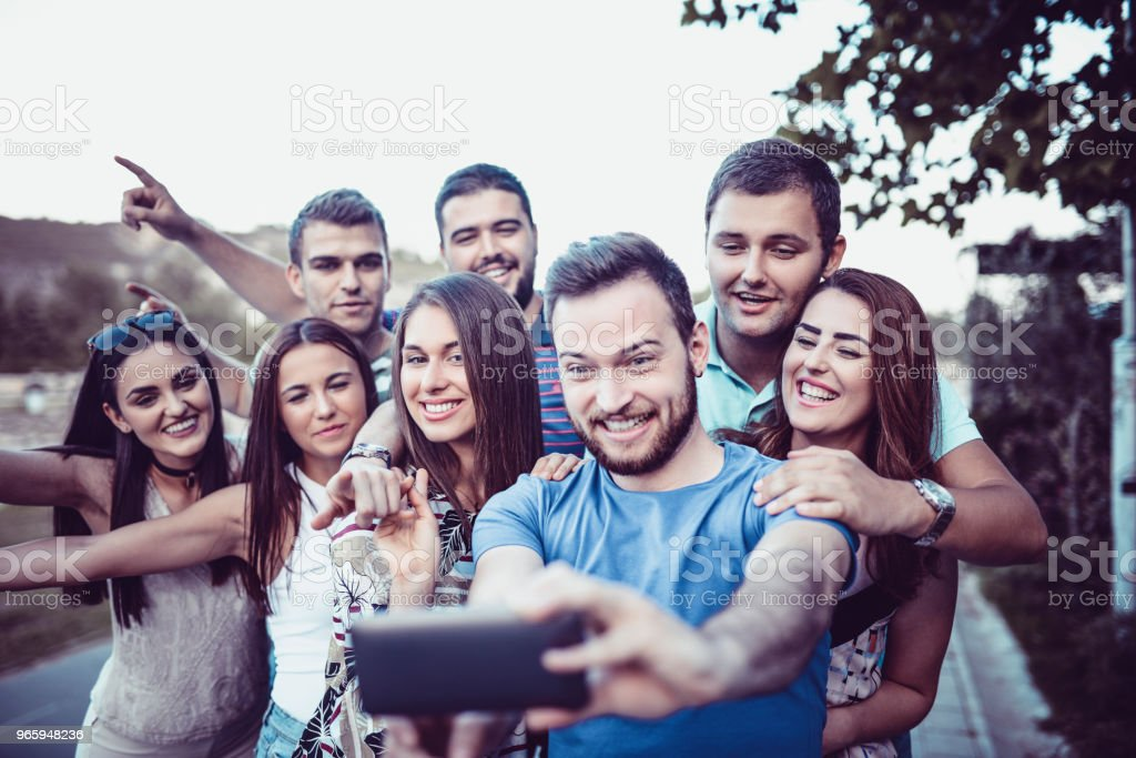 Gekke vrienden een Selfie te nemen op vakantie lopen - Royalty-free Avondschemering Stockfoto