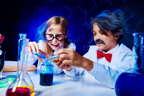 verrückte kleine forscher im labor - versuche nicht zu lachen stock-fotos und bilder