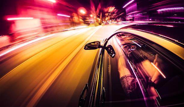 crazy trajet la nuit par voiture - voiture nuit photos et images de collection
