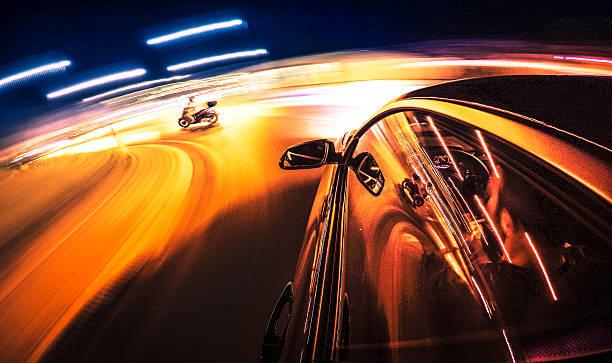 verrückter ritt in der nacht mit dem auto - autos und motorräder stock-fotos und bilder