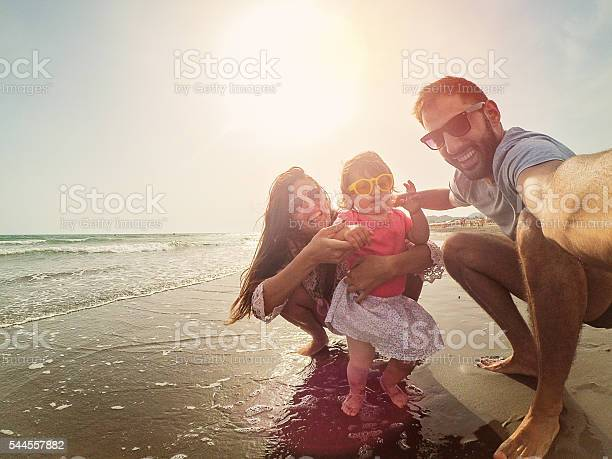 Crazy selfie family with sunglasses on the beach picture id544557882?b=1&k=6&m=544557882&s=612x612&h=boiketkqyoecnadhv6tabnilyozyx41lxyi7kx9josg=
