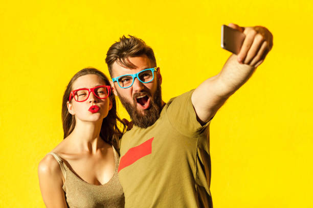 crazy selfie - brunette woman eyeglasses kiss man foto e immagini stock