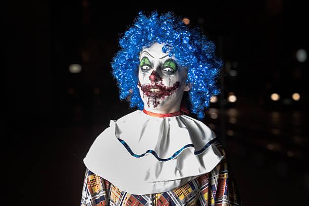 crazy ugly grunge böse clown auf halloween menschen ängstliche - horror zirkus stock-fotos und bilder
