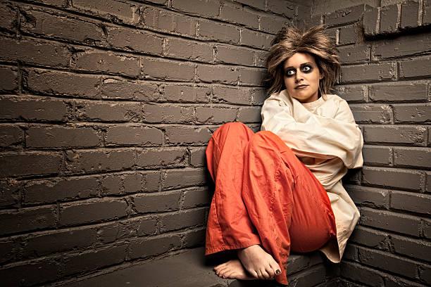 crazy femme portant un droit d'asile à une veste - hopital psychiatrique photos et images de collection