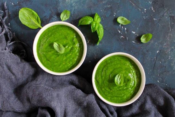 avocado creme suppe mit spinat. - spinatsuppe stock-fotos und bilder