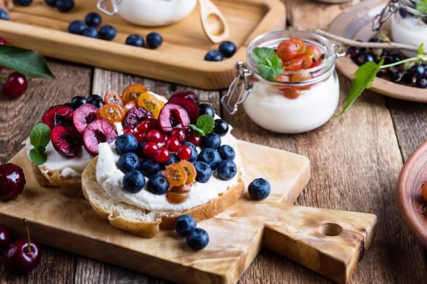 Sahne-Käse-Sandwiches mit frischen sommerbeeren – Foto