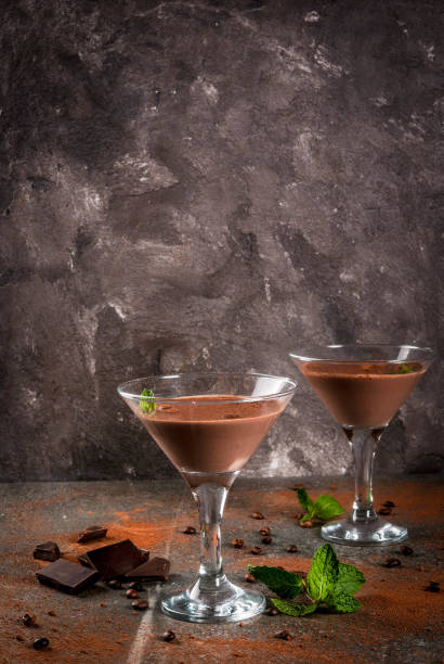creme kaffee cocktail - schokolikör stock-fotos und bilder