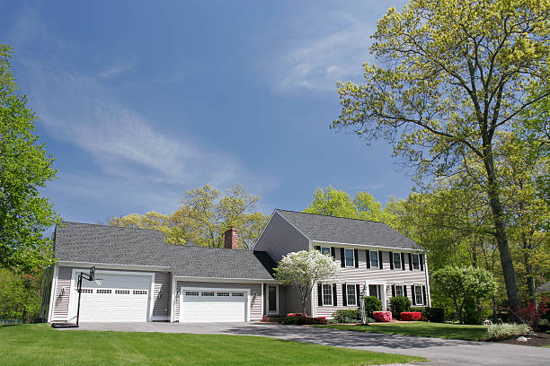 cream colored single family house with two garages - new england verenigde staten stockfoto's en -beelden