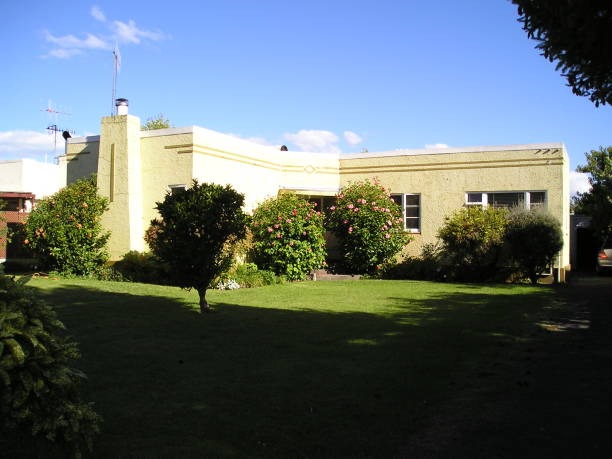 cream coloured art deco bungalow hawkes bay - mcdermp stock pictures, royalty-free photos & images