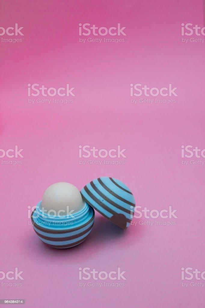 Crème voor de handen in een blikje menthol kleurrijke roze achtergrond - Royalty-free Achtergrond - Thema Stockfoto