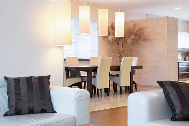 cremefarbene möbel in luxus-interieur - exklusive mode stock-fotos und bilder