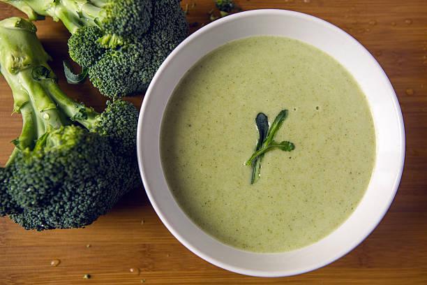 cream of broccoli-cremesuppe - spinatsuppe stock-fotos und bilder